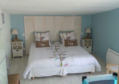 chambre parents spacieuse avec lit bébé du gîte la terrasse saint gilles croix de vie